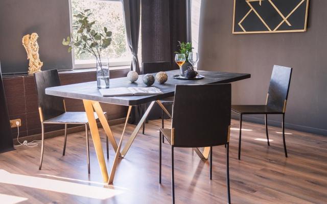 Светла гостна с маса и столове